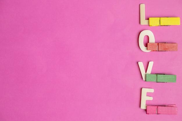 Palavra amor no fundo rosa