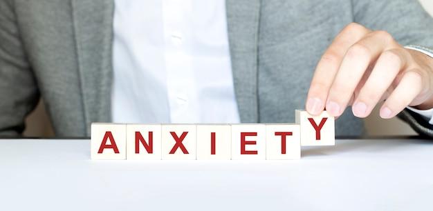 Palavra ansiedade feita com blocos de madeira