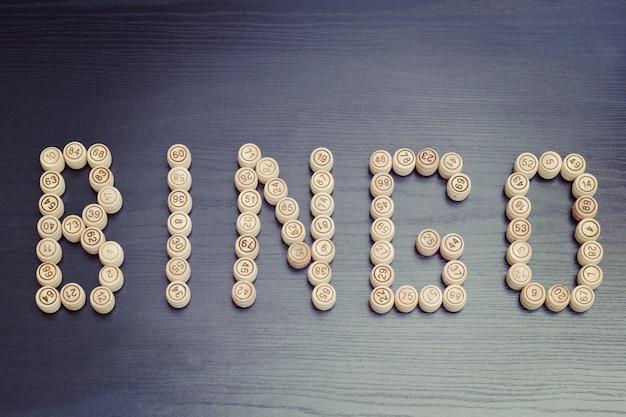 Palavra bingo de barris de madeira. mesa de madeira preta. lotto