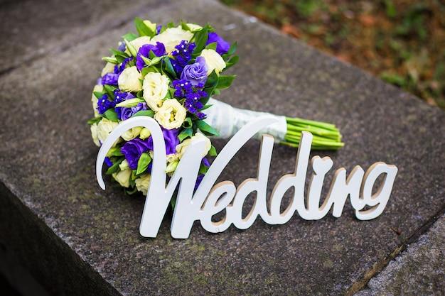 Palavra casamento e bouquet de noiva deitado na calçada