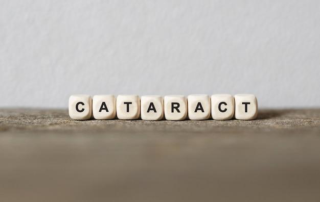 Palavra cataract feita com blocos de madeira