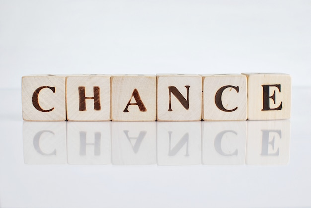 Palavra chance escrito em blocos de madeira.