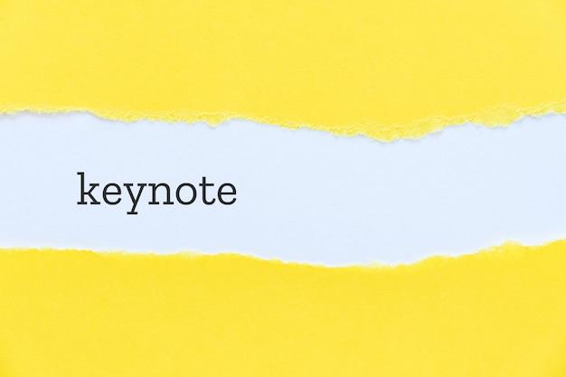 Palavra chave impressa em fundo de papel rasgado Foto Premium