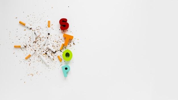 Palavra colorida de vista superior com cigarros