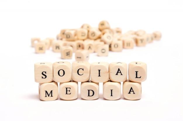 Palavra com dados na mídia social de fundo branco
