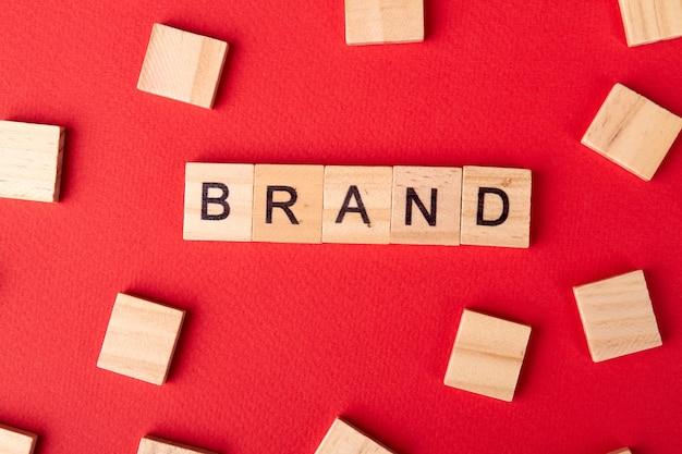Palavra da marca escrita em bloco de madeira isolado