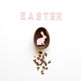 Palavra da páscoa e coelho em ovo de chocolate