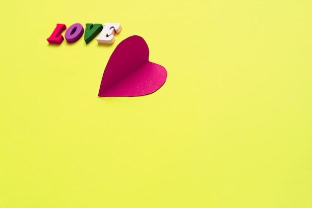 Palavra de amor, bloco de notas com coração desenhado de giz. conceito de dia dos namorados.