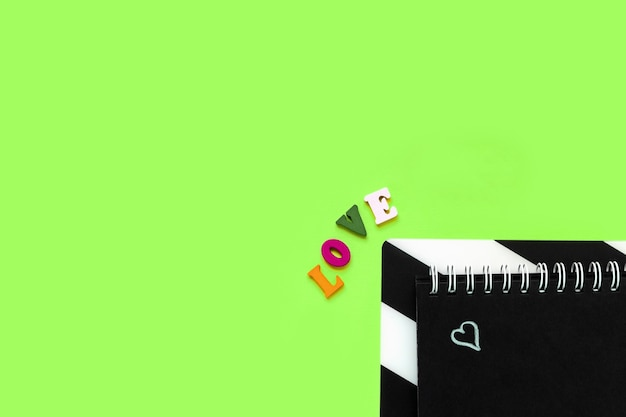 Palavra de amor, bloco de notas com coração desenhado de giz. conceito de dia dos namorados