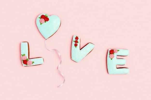 Palavra de amor com biscoitos caseiros de gengibre comida doce de feriado do dia dos namorados