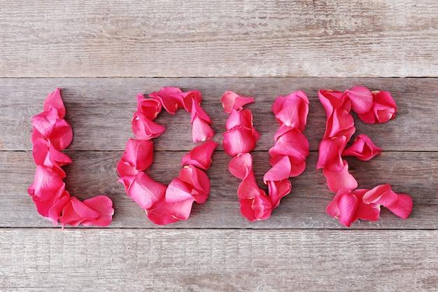 Palavra de amor com pétalas