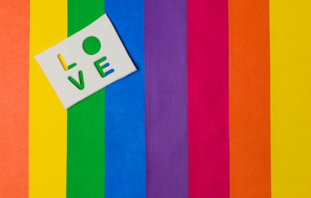 Palavra de amor na tablet e brilhante bandeira lgbt