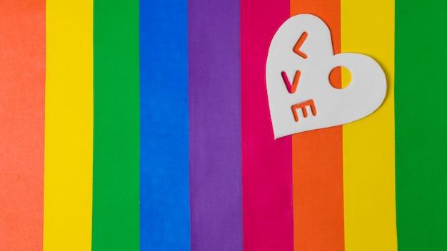 Palavra de amor no coração sobre brilhante bandeira lgbt