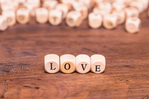 Palavra de amor organizada na mesa de madeira