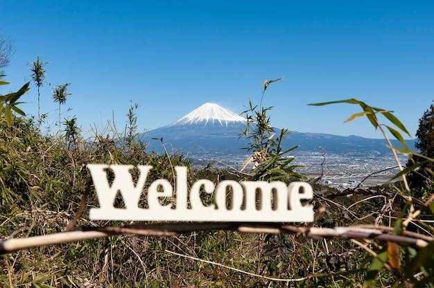 Palavra de boas-vindas escrita em madeira fundo monte fuji