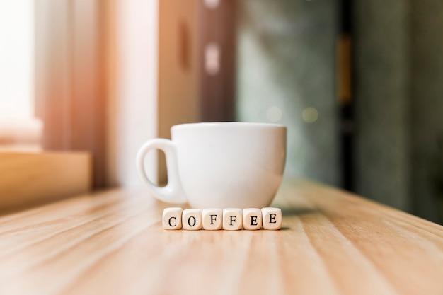 Palavra de café com café na superfície de madeira