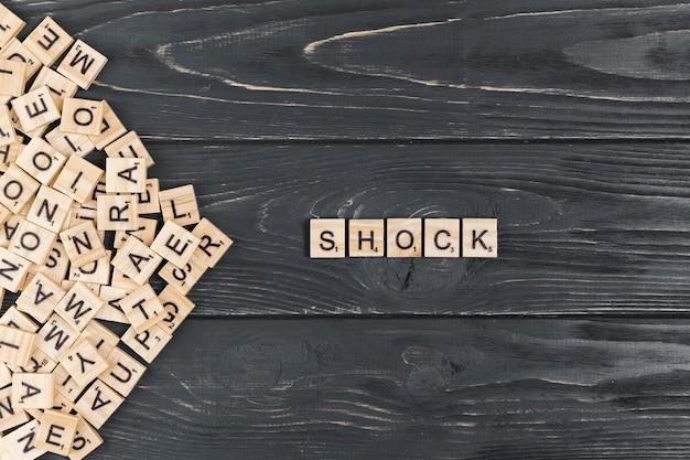 Palavra de choque em fundo de madeira