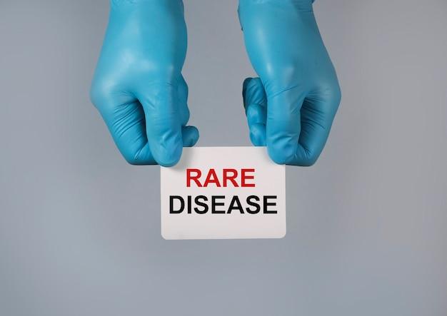 Palavra de conceito de doença rara no papel nas mãos