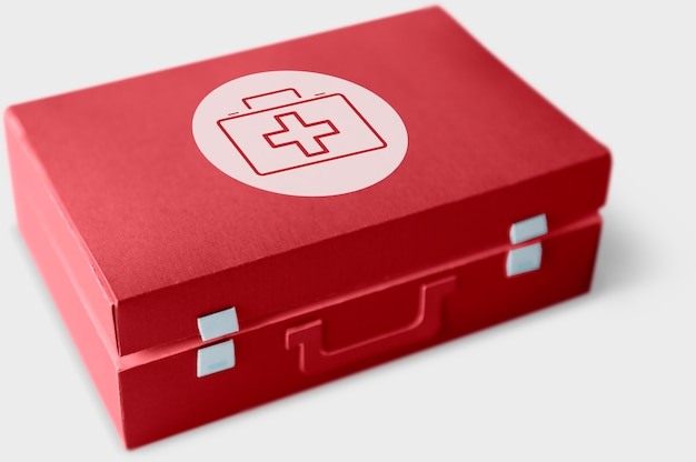 Palavra de conceito de saúde em uma caixa de primeiros socorros