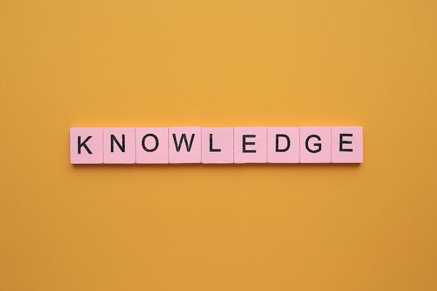 Palavra de conhecimento sobre fundo amarelo.