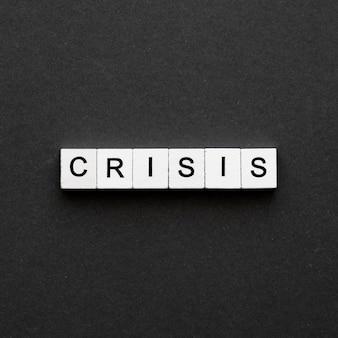 Palavra de crise escrita em cubos de madeira