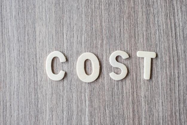 Palavra de custo de letras do alfabeto de madeira. conceito de negócio e idéia