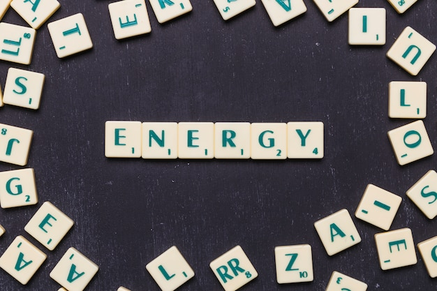 Palavra de energia feita de cartas de jogo de scrabble