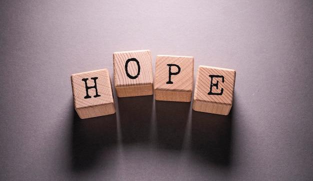 Palavra de esperança escrita em cubos de madeira