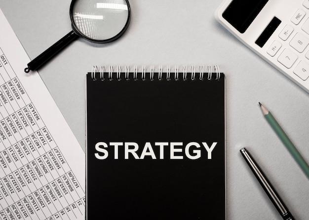 Palavra de estratégia de negócios financeiros, inscrição em documentos.