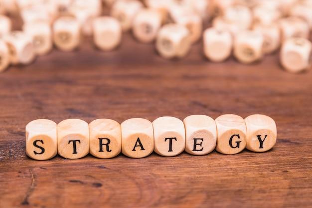 Palavra de estratégia em cubos de madeira