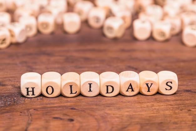Palavra de férias feita com cubos de madeira