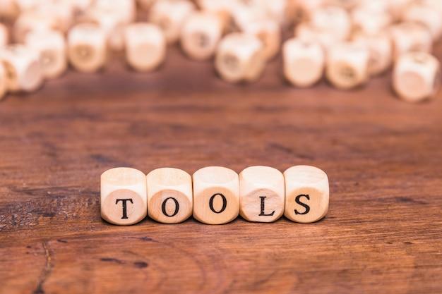 Palavra de ferramentas feita com cubo de madeira