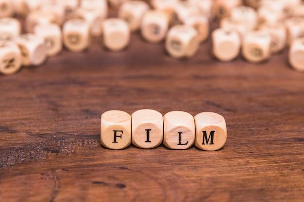 Palavra de filme escrita em cubos de madeira