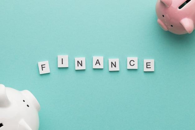 Palavra de finanças com cofrinhos