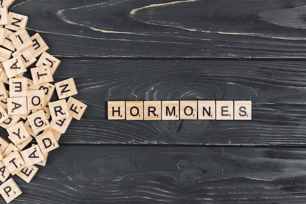 Palavra de hormônios em fundo de madeira