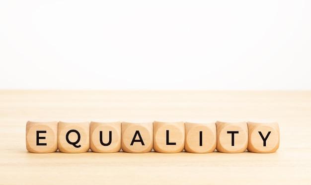 Palavra de igualdade em blocos de madeira