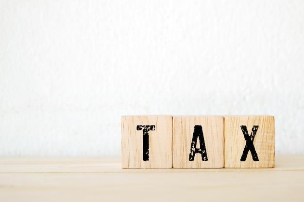 Palavra de imposto em cubos de madeira