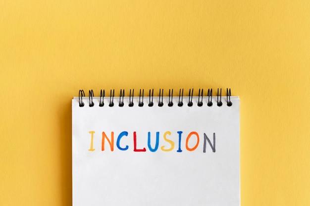 Palavra de inclusão escrita a lápis coloridos