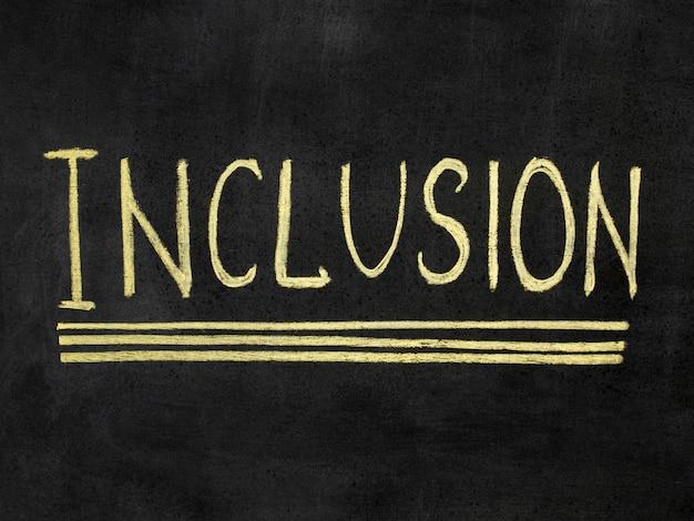 Palavra de inclusão escrita em giz amarelo