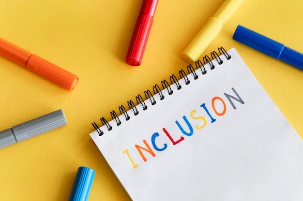 Palavra de inclusão escrita em um caderno