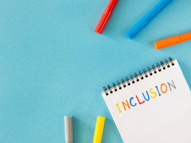 Palavra de inclusão escrita em um espaço de cópia de caderno