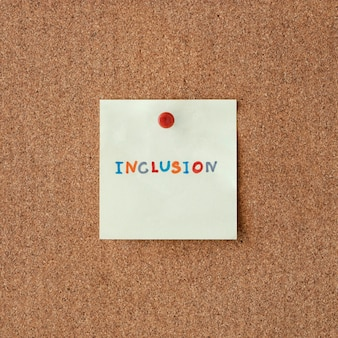 Palavra de inclusão escrita em um post-it