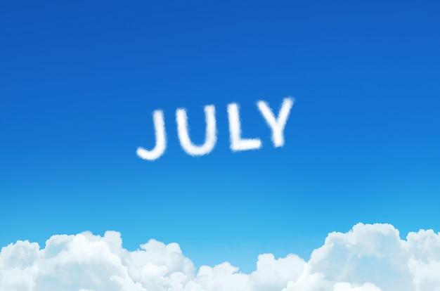 Palavra de julho feita de nuvens de vapor no fundo do céu azul. planejamento do mês, conceito de calendário.