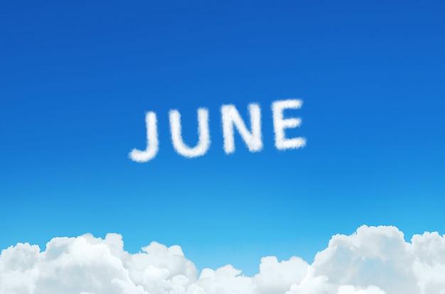 Palavra de junho feita de nuvens de vapor no fundo do céu azul. planejamento do mês, conceito de calendário.