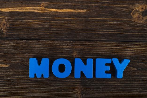 Palavra de letras de texto de dinheiro na madeira