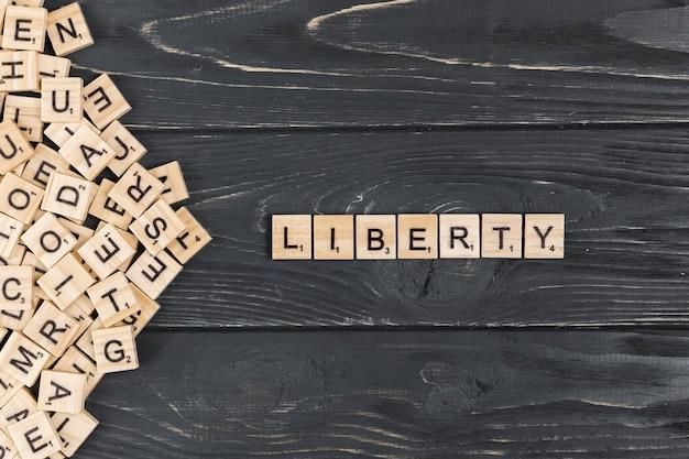Palavra de liberdade em fundo de madeira