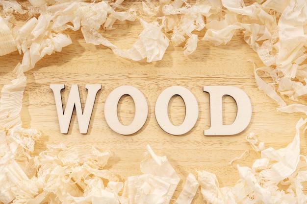 Palavra de madeira ou mesa de madeira e aparas de madeira