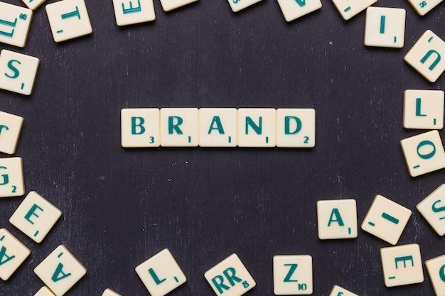 Palavra de marca feita com letras scrabble