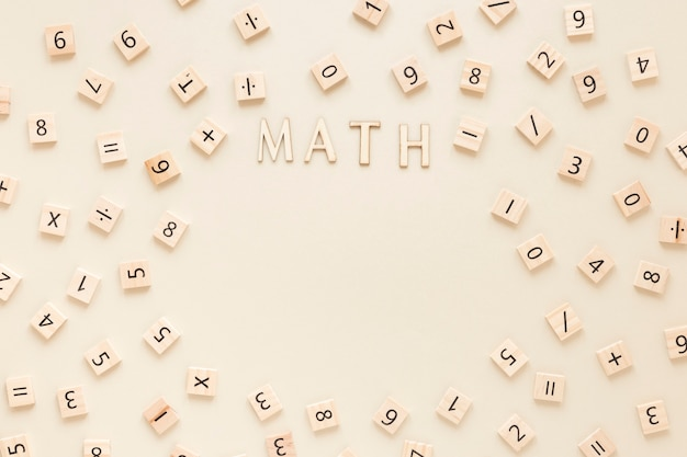 Palavra de matemática com letras e números em placas de scrabble