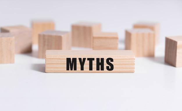 Palavra de mitos em carimbo de cubo de madeira com blocos de madeira.